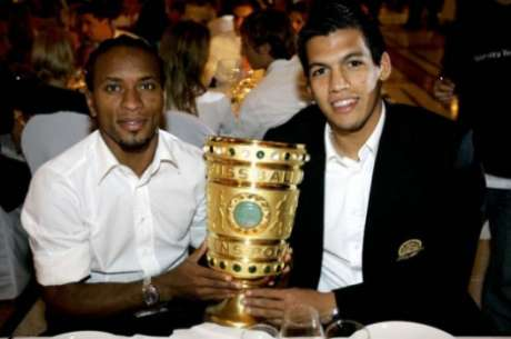 Robertos Uniform hält den deutschen Pokal.  (Foto: AFP/Friedman Vogel)