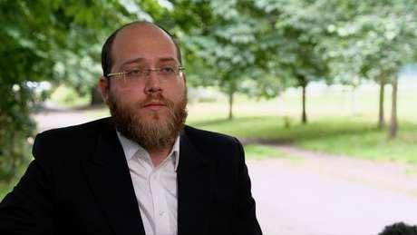 Eli Spitzer, un professore della comunità ortodossa di Londra, afferma che alcuni rabbini ritengono che inizieranno le donne in cerca di aiuto con la legislazione