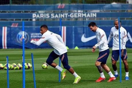 Mbappé, Messi e Neymar em treino do PSG; atacante francês ficou no clube e formará trio ofensivo com os outros dois astros
