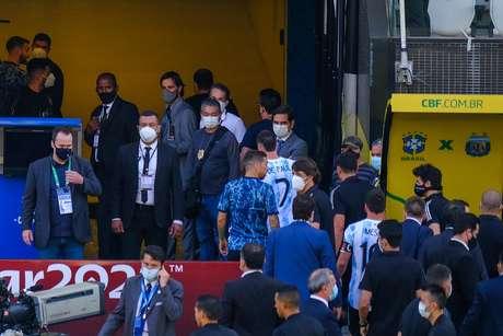 Momento em que jogadores da Argentina deixam o campo em jogo paralisado na Arena Corinthians pelas Eliminatórias da Copa do Mundo 2022