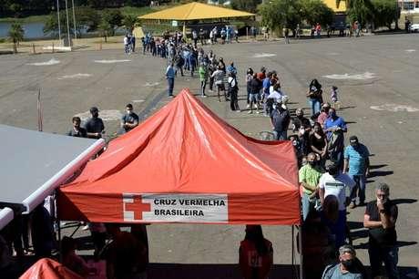 Fila de pessoas para vacinação contra Covid-19 em Ouro Branco 19/07/2021 REUTERS/Washington Alves