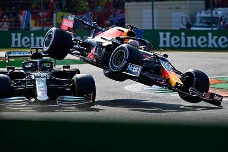 O acidente entre Lewis e Max.