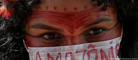 Mulher indígena protesta contra Bolsonaro em Brasília em abril de 2020: a maior parte (75%) dos assassinatos de ambientalistas brasileiros em 2020 ocorreu na Amazônia e vitimou indígenas
