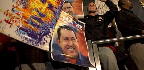 """Raúl Castro confia em êxito de Maduro para continuar """"grande obra"""" de Chávez"""