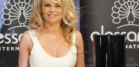 Pamela Anderson promove nova linha de esmaltes