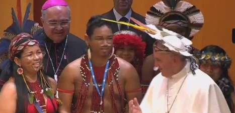 Papa usa cocar que ganhou de presente de índio pataxó