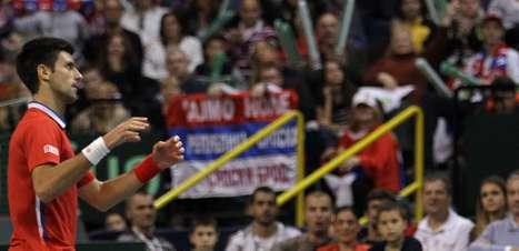 Djokovic bate Berdych e mantém Sérvia viva na final da Davis