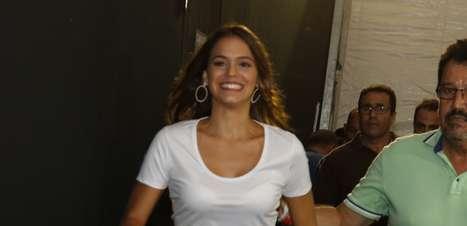 Bruna Marquezine chega de minissaia ao Fashion Rio