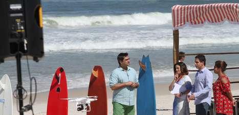 Em praia, Zeca Camargo busca novo talento; veja fotos