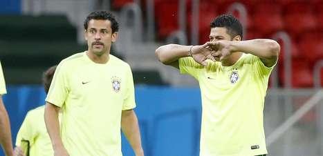 Com Fred de bigode, Brasil faz treino de reconhecimento