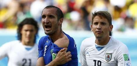Itália x Uruguai tem catimba, faltas e mordida de Suárez