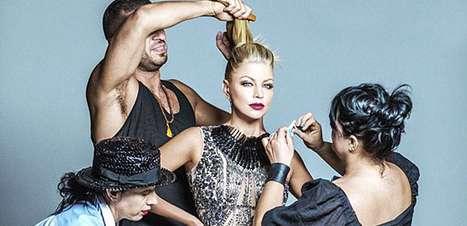 Fergie lança linha de make e posa de vestido transparente