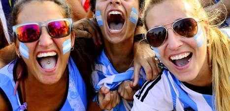 RJ: argentinos celebram vitória contra Suíça em Copacabana