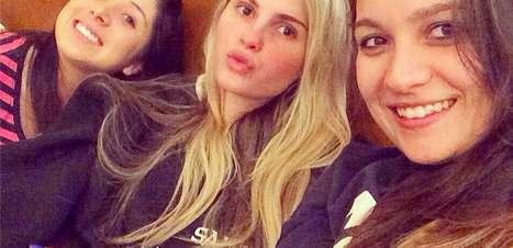Bárbara Evans manda beijinho em foto sem maquiagem