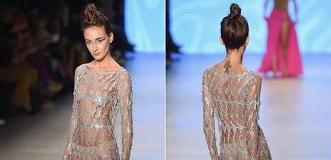 Modelos desfilam com seios à mostra na Turquia