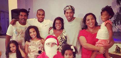 """""""Desaparecido"""", Ronaldinho posta fotos com família no Natal"""