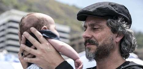 'Império': Zé Alfredo chora ao ver netos pela primeira vez