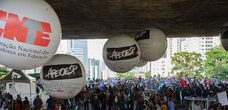 Professores ocupam a Paulista e decidem continuar em greve