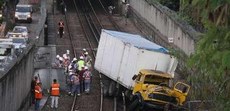 RJ: acidente com caminhão em linha do metrô mata uma pessoa