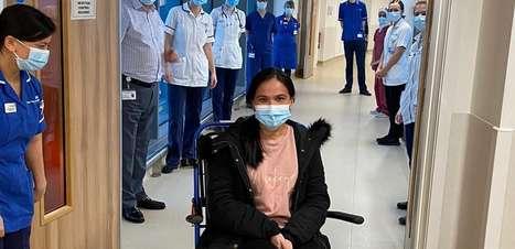 Enfermeira que deu à luz internada por covid-19 vê a filha pela primeira vez