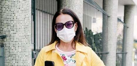 """Carolina Ferraz """"escapa"""" de casa com pijama, tênis e casaco"""