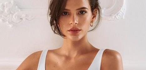 Bruna Marquezine posa com sutiã comfy, branco e grandão
