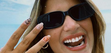 """Giulia Costa segue trend da nail art """"espaço negativo"""""""