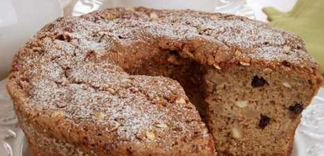 Café da manhã saudável e delicioso com o bolo de banana, aveia e castanha