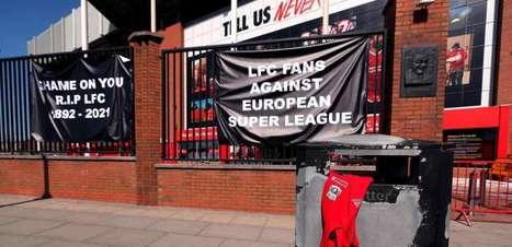 Em Anfield, torcida do Liverpool protesta contra criação da Superliga