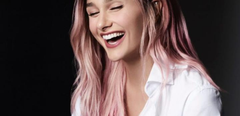 De cabelo rosa, Sasha aposta no combo jeans + camisa branca