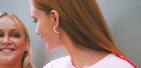 Marina Ruy Barbosa posa de camiseta com a mãe para campanha