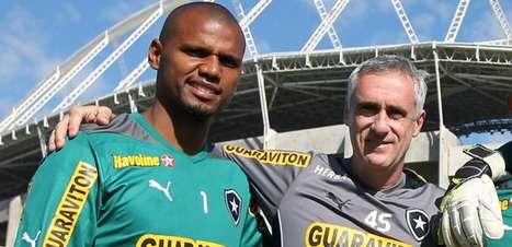 Nas redes sociais, Botafogo homenageia o aniversariante e preparador de goleiros Flavio Tenius