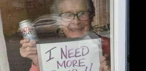 """Mulher do cartaz """"Preciso de mais cerveja!"""" morre aos 94 anos"""