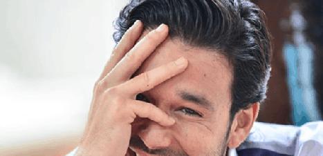 Sérgio Marone reage às perguntas dos fãs sobre masturbação e casamento