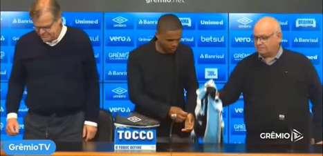GRÊMIO: Douglas Costa é apresentado e veste a camisa 10 do clube gaúcho