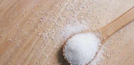 4 simpatias com sal grosso para afastar as energias negativas