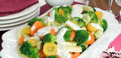 Salada de legumes com molho especial deliciosa