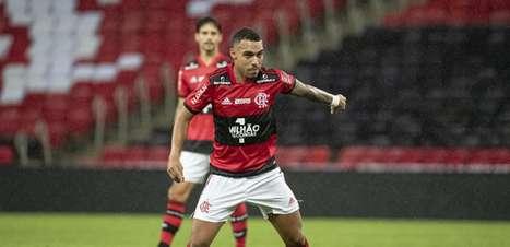 Na briga pela vaga de titular no Flamengo, Matheuzinho cita conversas com laterais e Ceni