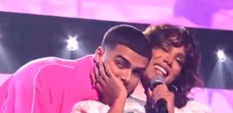 Sem beijo! Anitta e Lunay cantam no Premios Juventud