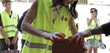 Dua Lipa faz visita à escola financiada por ela na Albânia