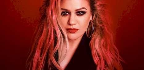 "Kelly Clarkson anuncia novo single ""Christmas Isn't Canceled (Just You)"""