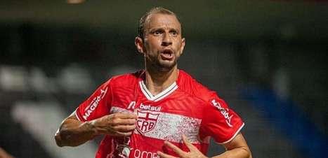 Renan Bressan comemora gol marcado contra seu time de infância