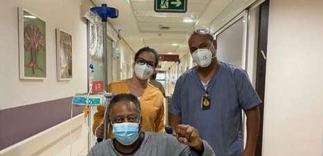 Pelé exibe bom humor e comemora sua recuperação em hospital