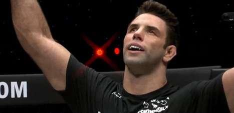 Maior campeão mundial da história do Jiu-Jitsu, Marcus Buchecha finaliza rival em estreia no MMA