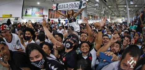 #OVascosobe: torcida lota aeroporto em São Luís (MA) para receber o Vasco