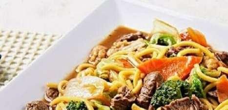 Yakisoba: 2 Receitas com Carne e Frango Para Preparar em Casa