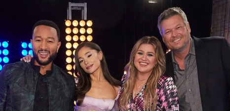 Rivais: Ariana Grande corta Blake Shelton de foto com técnicos do The Voice