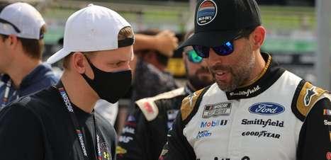 VÍDEO: Schumacher marca presença e assiste corrida da Nascar no Texas