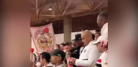 SÃO PAULO: Foi para galera! Arboleda assiste jogo de basquete do São Paulo no meio da torcida