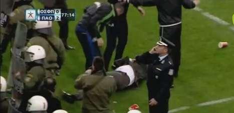 Técnico do Panathinaikos é atingido por copo e cai em campo